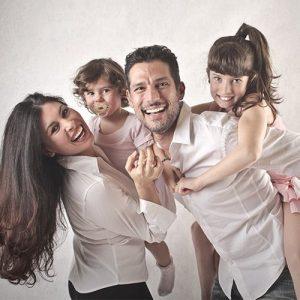 Foto de familia feliz porque tienen el mejor seguro de vida
