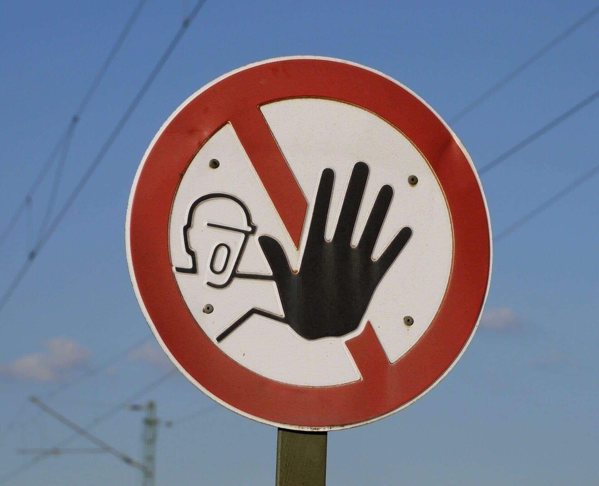 Foto donde se puede observar una mano que expresa un alto , haciendo similitud a que el seguro de hipoteca no es obligatorio